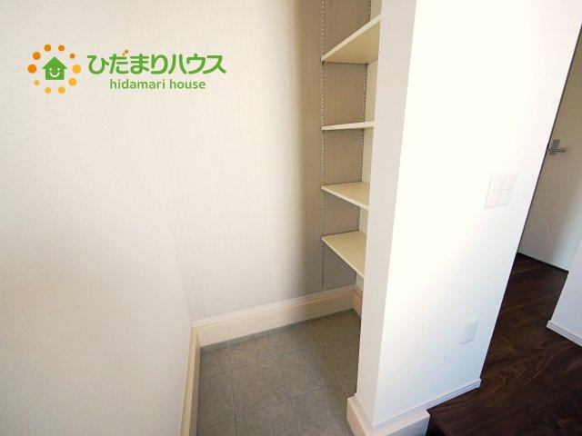 土間の玄関シューズクロークならアウトドア用品やベビーカーも土汚れを気にせずスッキリ収納できます。