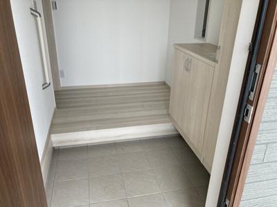 (1号棟同仕様写真)増えがちな靴もしっかり収納できる下駄箱で玄関回りもスッキリ。来客時に一番目にするスペースだからいつでも整えておきたいですね!