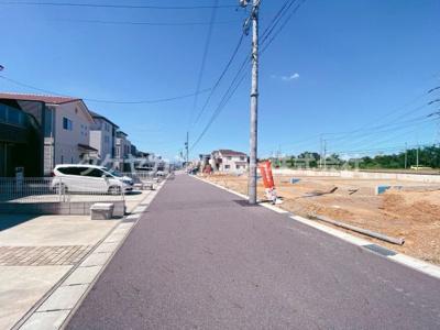 南道路に面しています。交通量も少ない約6m幅の前面道路です