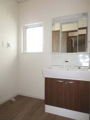(3号棟同仕様写真)窓の大きさも充分な洗面室は採光と湿気対策に役立ちます!白を基調とした洗面室なので清潔感もあり、気持ちよく毎日お使い頂けますね
