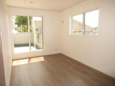 (6号棟同仕様写真)WICを備えた主寝室を含め、プライベート空間は2Fに3部屋確保。シンプルな色合いなのでお好みの居室を演出するのも楽しみの一つですね!全居室日当たり・風通し良好。