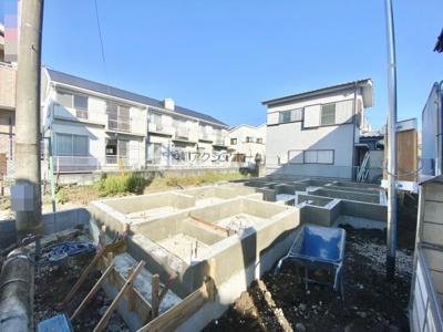 角地のような開放感ある区画です。前面道路は車の通行が少ない通りです