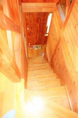 木の温もりを感じる壁、暖かい高級感のある内装です。