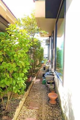お家の周りに花壇があり植木などが楽しめますね♪