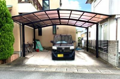 大型カーポート付きの駐車場は、2台が並列駐車で停められます。