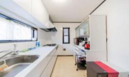 2階に設けられたキッチンスペース。大きな窓があり、明るく手元を照らす採光が嬉しいですね◎収納設備もふんだんにあるシステムキッチンで使い勝手も良さそう◎