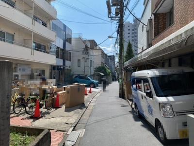 JR山手線「代々木」駅徒歩2分・小田急線「南新宿」駅徒歩4分(2021.9.24撮影)。