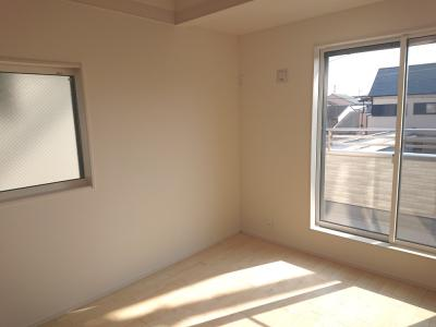 勾配天井を取り入れた主寝室は約7.5帖の広さです。南西向きのバルコニーへ面し、日当たり良好です!