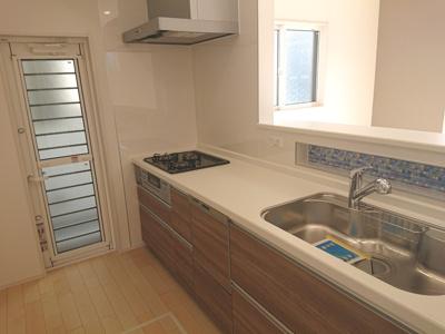 食洗機・浄水器を搭載した対面式キッチンを採用しました♪ゴミ出しに重宝する勝手口を設けております。