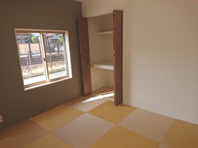 リビングに馴染むよう、縁なしのカラー畳を採用。和テイストの家具選びが楽しくなる空間に仕上がりました♪
