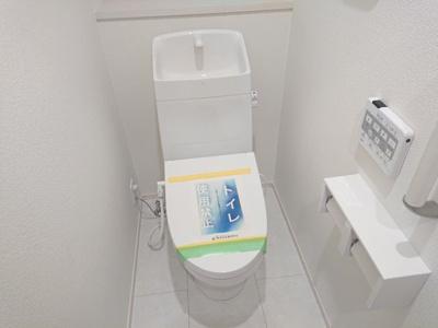 白を基調とした清潔感のある明るい雰囲気のお手洗い。温水洗浄便座・手すり・タオルリングを設置しました。
