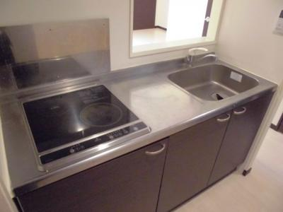収納棚、お手入れしやすい電気コンロ付きキッチン。
