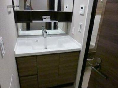 大型三面鏡付の洗面台。