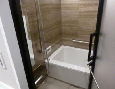 追焚機能・浴室換気乾燥機付きのバスルーム。