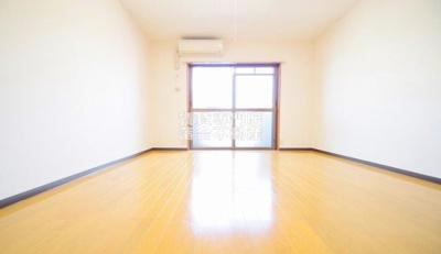 明るく広々としたお部屋