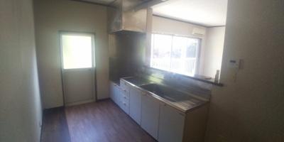 スペースが広めのキッチンです。