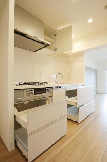 収納豊富なシステムキッチン 食器洗い乾燥機、浄水器 標準装備です