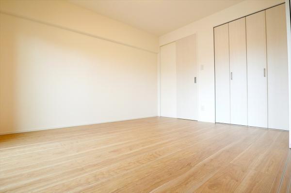 バルコニーに面した洋室約6.5帖 ウォークインクローゼットとクローゼットを設置