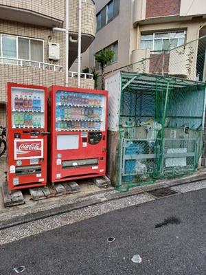 専用ゴミ置き場。自動販売機有り。