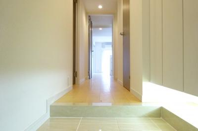 白を基調としている玄関になりますので明るい雰囲気です。