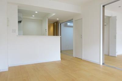 約13.0帖のリビングになっており、家具を配置しやすい形になっております。
