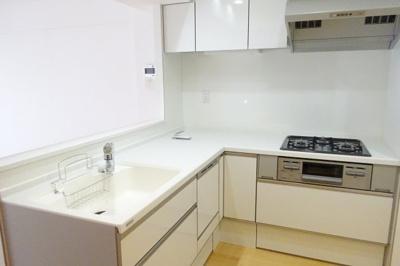 食洗機、浄水器付きになっており、リビングを見渡せる対面キッチンになっております。