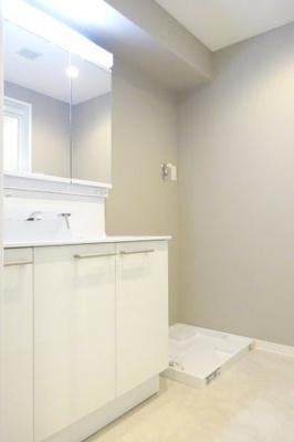 三面鏡付きの洗面台のため、収納が豊富で使いやすいです。