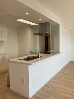 対面型の広々セミオープン型キッチン 浄水器一体型水栓採用