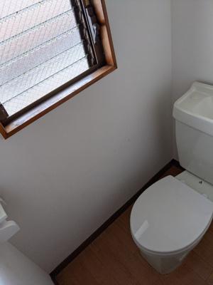 トイレは窓付きで明るいです☆