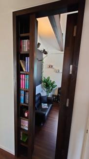 趣味室に入る扉。本棚として使え隠し扉のようになっています。