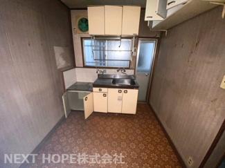 シンプルキッチンです♪お好きなリフォームを楽しんでみませんか?キッチン前は大きな窓も有り、明るく快適です(^^)