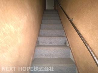 2階への階段です♪手すり付きです!