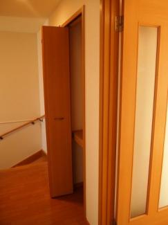 廊下にも収納スペースがあります