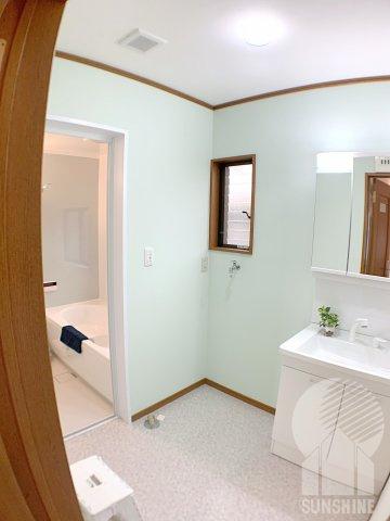 玄関入ってすぐ隣にある洗面室!余裕で洗濯機を置ける広さです!
