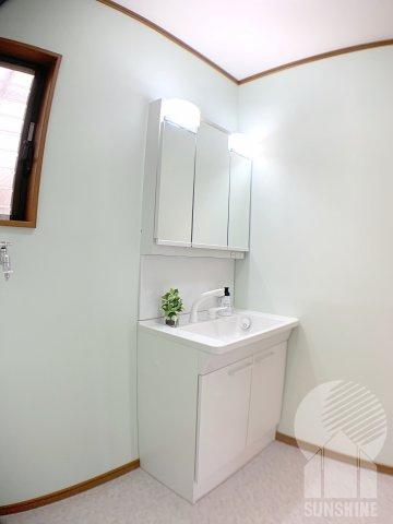 収納スペースを確保した三面鏡付き洗面台です!