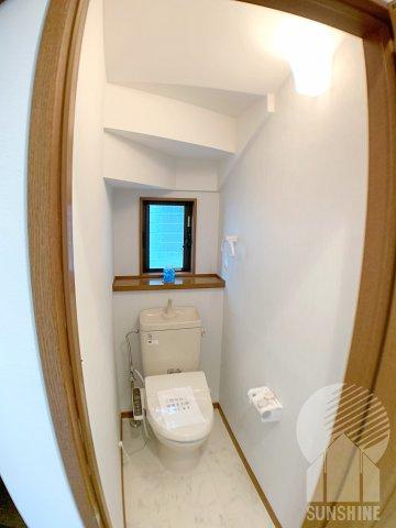 新規シャワートイレ!換気のできる小窓付き♪扉からの距離があるので狭さを感じない落ち着ける空間です。