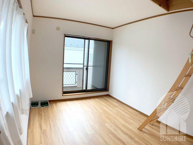 【2階の1部屋目】2面彩光の明るい東側6.0帖の洋室です!グルニエ(屋根裏)への階段は収納もできます!