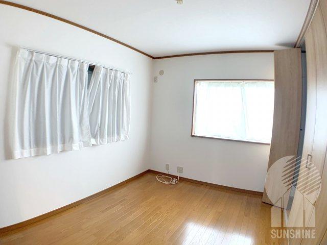【2階の3部屋目】北側6の.0帖洋室。全室2面彩光は嬉しい♪