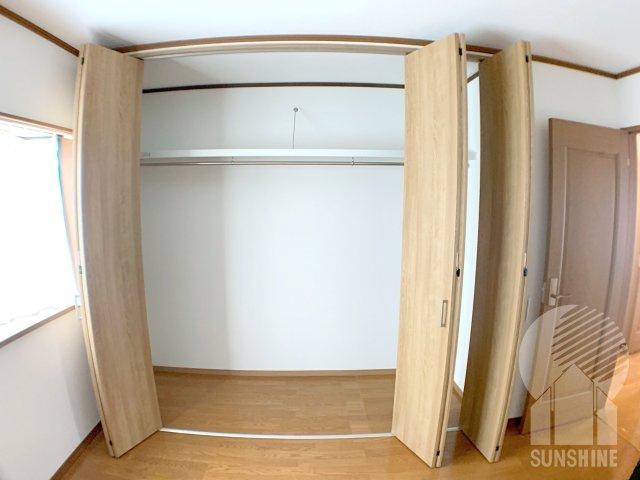 【2階の3部屋目】北側6の.0帖洋室の収納。パイプハンガー付きの大容量スペース!可動式折れ戸が三枚あるのは大きい証拠!