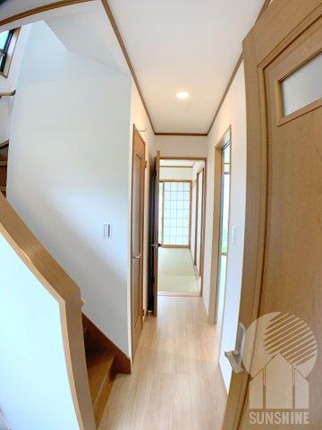 玄関から入ってすぐの廊下。和室の扉を開けるとお庭まで一直線!