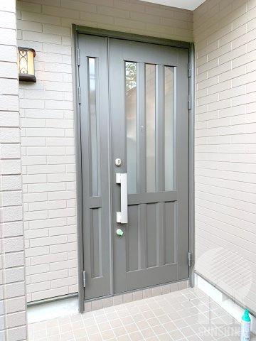 重厚感のあるグレーの玄関ドア。防犯性の高いディンプルキー採用です!