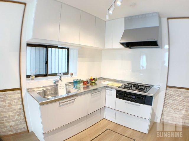 リフォーム済みの壁付けL型キッチン。L型は作業スペースが広く、キッチン内での移動が短くなるメリットもあります!