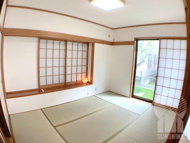 畳表替え済みの和室はゆとりのある6.0帖!お庭から入る光が落ち着きます…