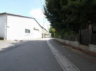 前面道路は広く見通しが良いため、お車の出し入れもラクラクです