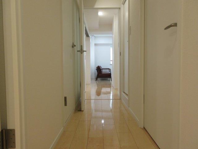 宅配業者などの初めて会う人にも見られてしまう場所ですが、廊下部がピカピカのフローリングで気持ちいいですね。