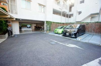 レジデンシャルステート北綾瀬パークビューの駐車場です。