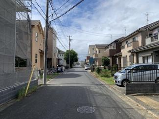 閑静な住宅街の6m公道。交通量が少なく安全です