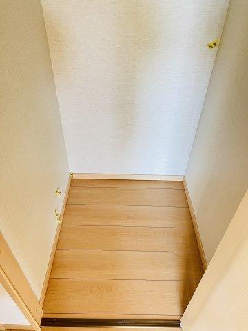 【同仕様施工例】1階廊下 季節物の家電や掃除用具を収納するのに便利です。