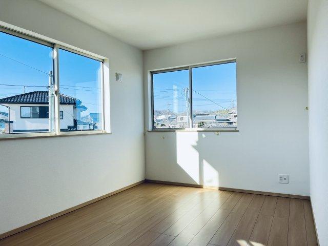 【同仕様施工例】2階 窓が2面あるので換気が十分できます。