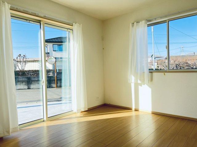 【同仕様施工例】気持ちの良い風が入ってきそうなお部屋です。